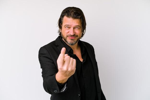Zakelijke nederlandse man van middelbare leeftijd geïsoleerd op een witte muur wijzend met de vinger naar je alsof uitnodigend dichterbij komen