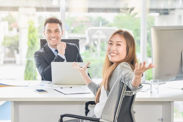 Zakelijke onderhandelingen bereiken de doelen van de doelen en bereiken groot succes.