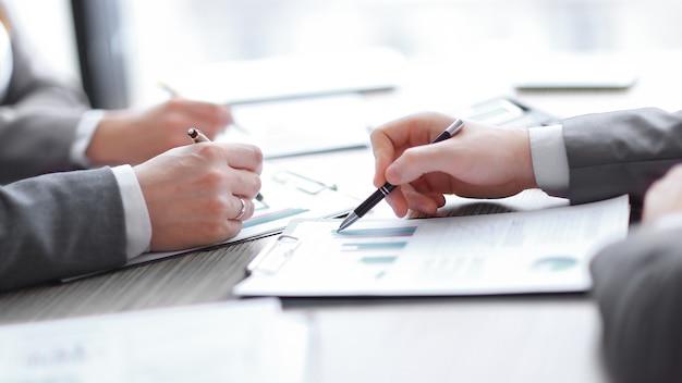Zakelijke onderhandelingen, bespreken voorwaarden van deal, contract. onderhandelingen bedrijfsconcept.