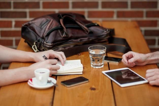 Zakelijke paar vergadering in cafe