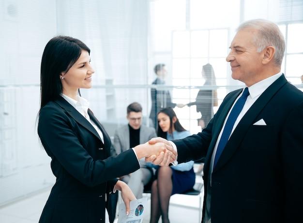 Zakelijke partners begroeten elkaar met een handdruk. concept van samenwerking