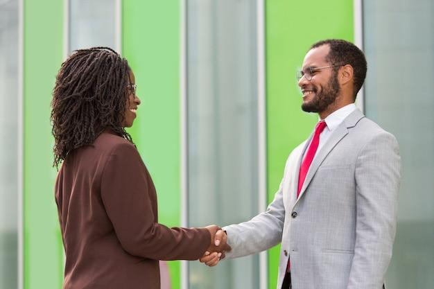 Zakelijke partners begroeten elkaar