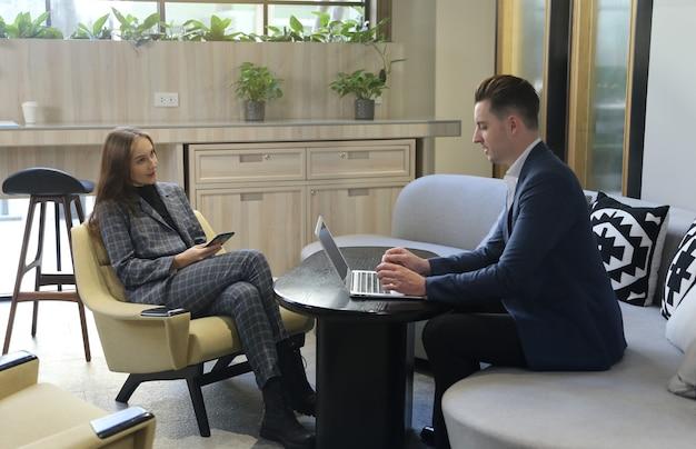 Zakelijke partners bespreken documenten en ideeën tijdens vergadering