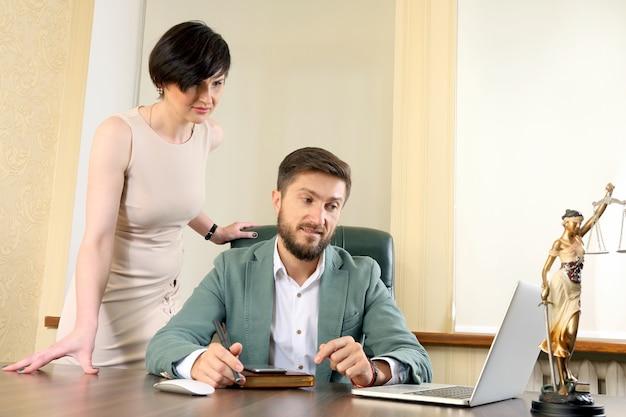 Zakelijke partners bespreken het nieuws op de laptop
