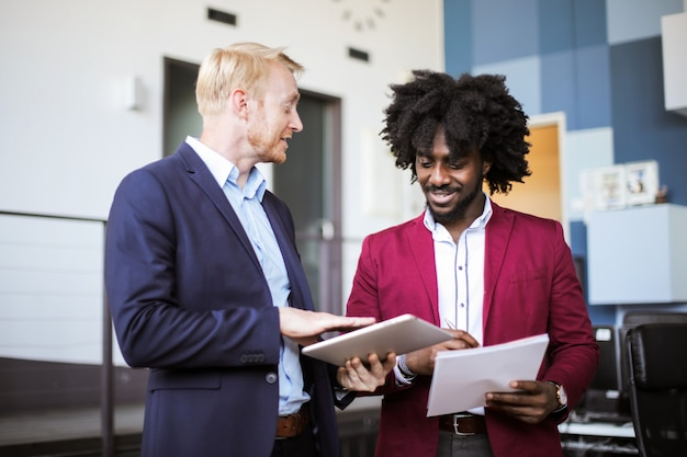 Zakelijke partners bespreken op kantoor