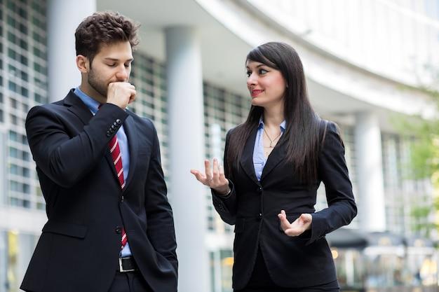 Zakelijke partners bespreken samen