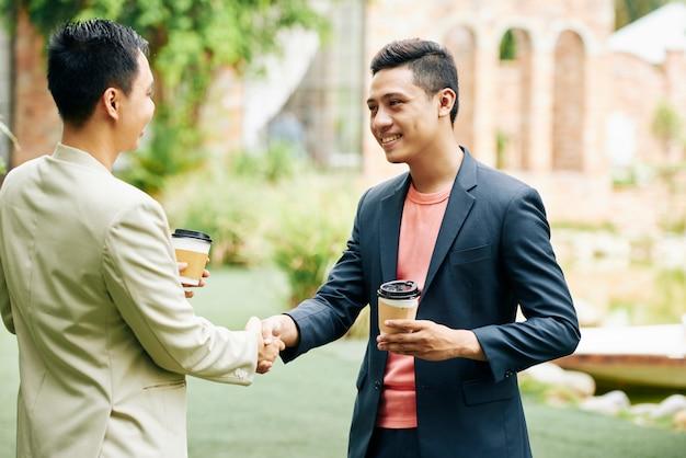 Zakelijke partners buiten bijeen