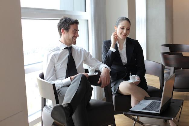 Zakelijke partners chatten