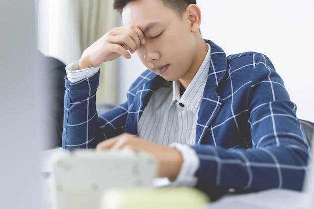 Zakelijke partners concept een mannelijke jonge ondernemer moe van het werken aan een groot project en geconfronteerd met een groot probleem.