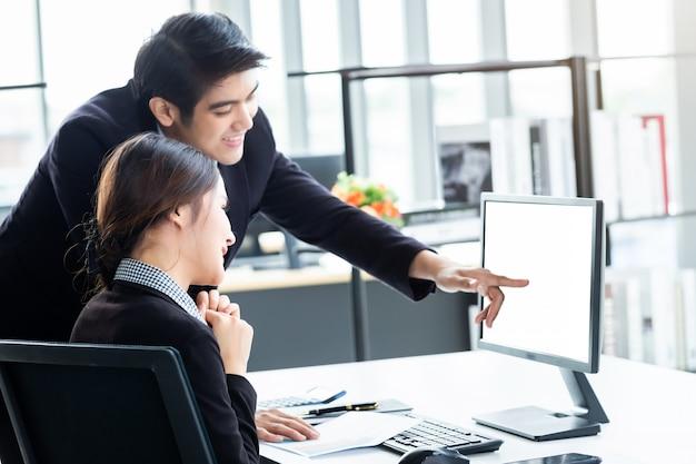 Zakelijke partners die het werk bespreken