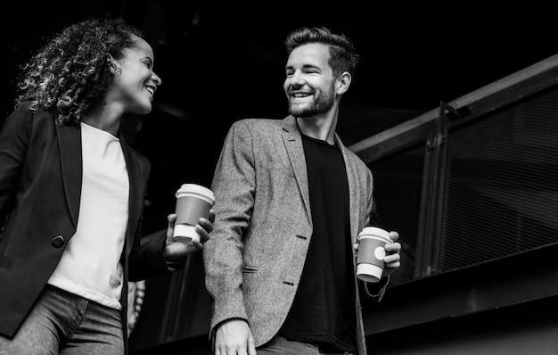 Zakelijke partners die koffie meenemen