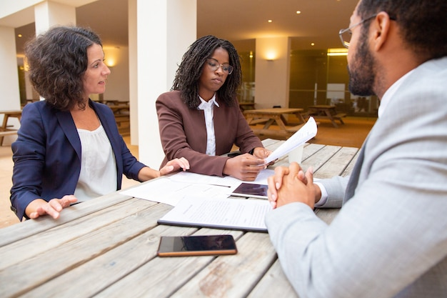 Zakelijke partners die overeenkomstvoorwaarden bespreken