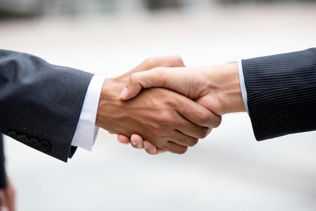Zakelijke partners die stevige handdruk maken
