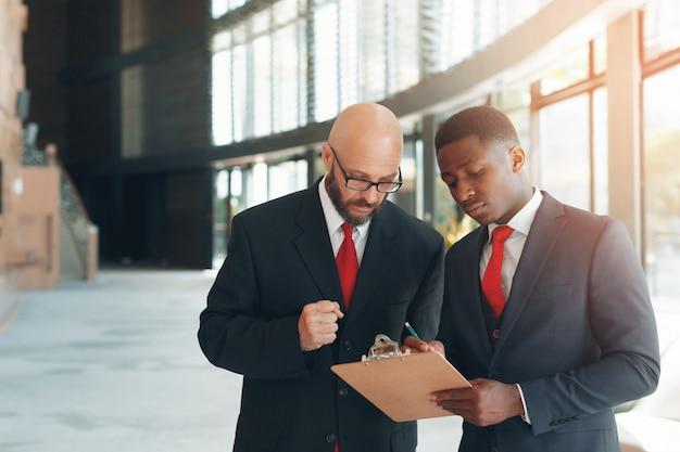 Zakelijke partners in een modern kantoor