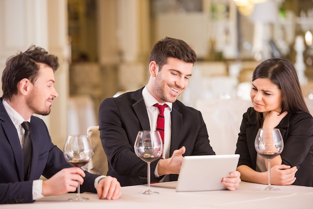 Zakelijke partners komen bijeen in restaurant.