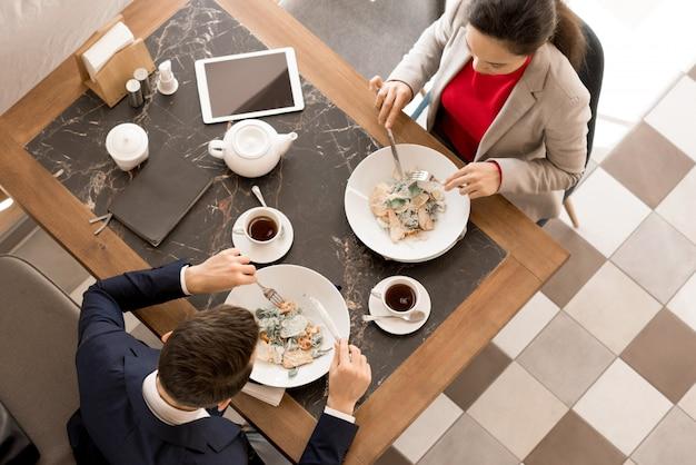 Zakelijke partners lunchen samen