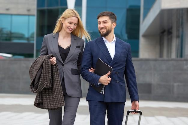 Zakelijke partners man en vrouw lopen samen en hebben een dialoog