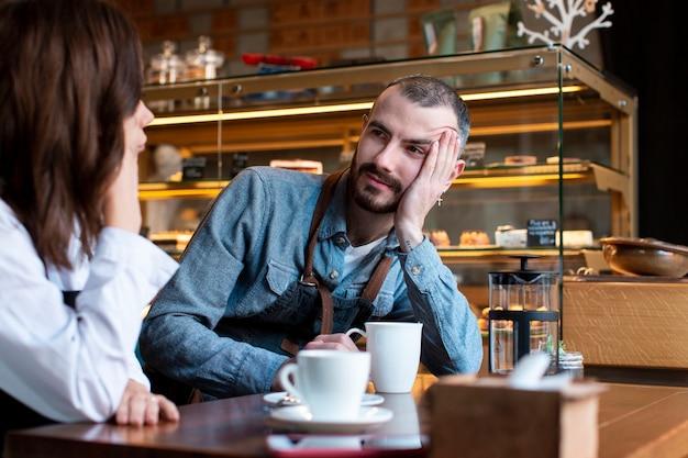 Zakelijke partners onder hoge hoek communiceren
