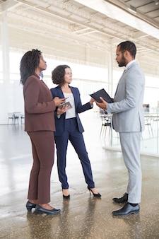 Zakelijke partners ontmoeten elkaar ter plaatse