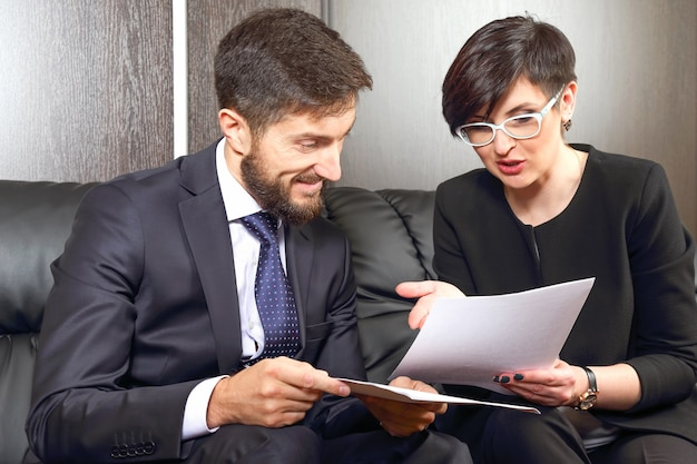 Zakelijke partners op kantoor die documenten bestuderen. belangenbehartiging en juridische activiteit