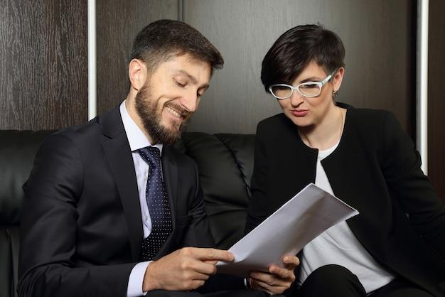 Zakelijke partners op kantoor die documenten bestuderen