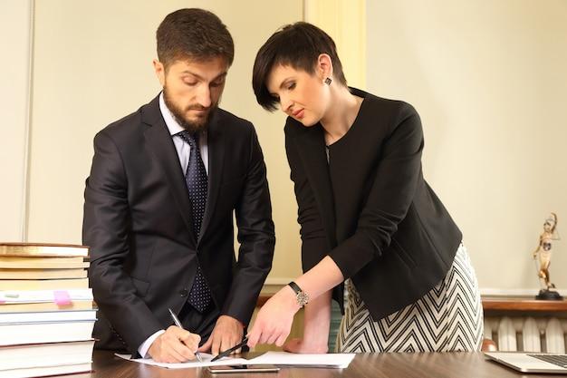 Zakelijke partners op kantoor om de documenten te bespreken