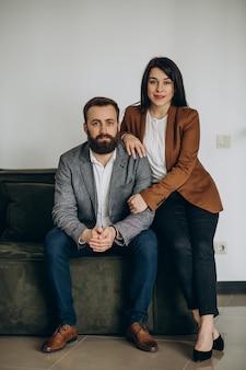 Zakelijke partners samen in kantoor
