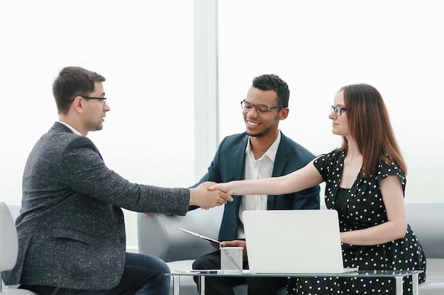 Zakelijke partners schudden handen over de tafelonderhandeling. concept van samenwerking
