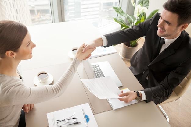 Zakelijke partners vieren ondertekening van het contract