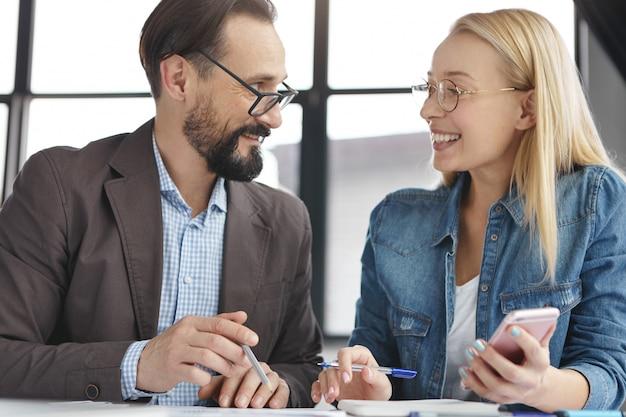 Zakelijke partners werken in kantoor