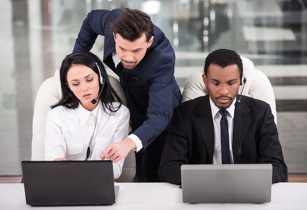 Zakelijke partners werken samen met hun manager.