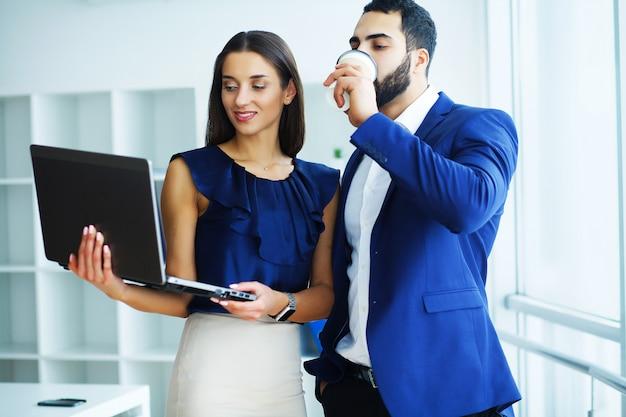 Zakelijke partners werken samen