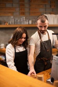 Zakelijke partners werken vanuit een hoge hoek