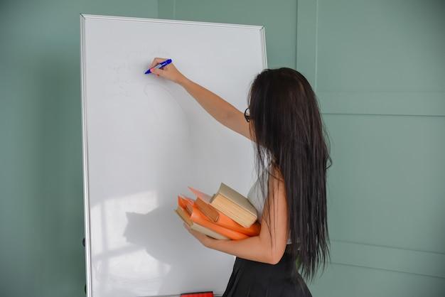 Zakelijke presentatiecoach tekenen op het bord de leraar geeft een les voor de studenten