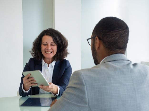 Zakelijke professionals bijeen in vergaderruimte