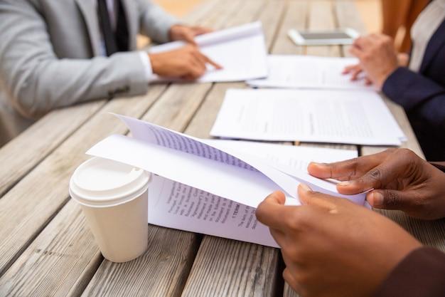 Zakelijke professionals lezen overeenkomst tekst