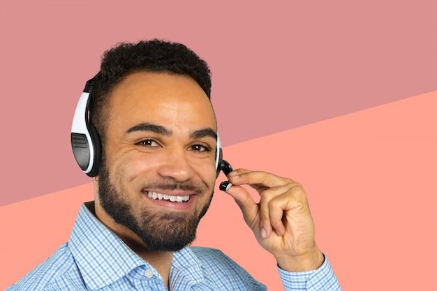 Zakelijke professionele call center agent met koptelefoon op zijn hoofd