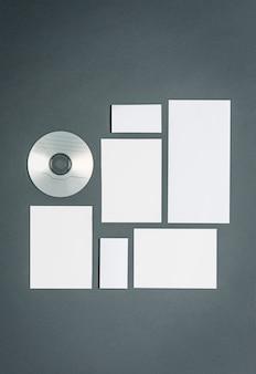 Zakelijke sjabloon met kaarten, papieren, schijf