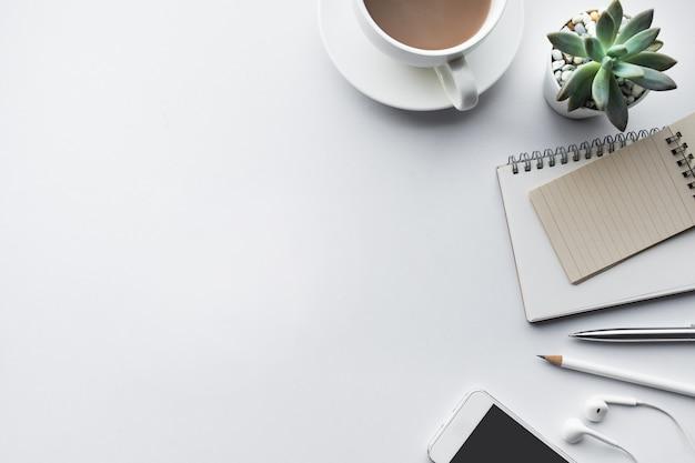 Zakelijke tafelblad met mock up kantoorbenodigdheden op wit