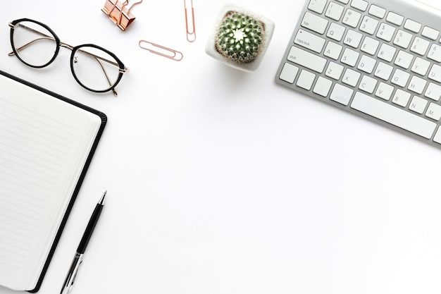 Zakelijke tafelblad met mock up kantoorbenodigdheden op witte achtergrond