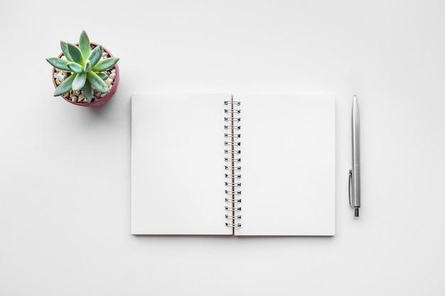 Zakelijke tafelblad met mock up kantoorbenodigdheden op witte achtergrond.