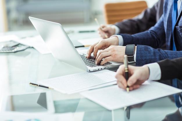 Zakelijke team analyse van marketingrapporten op de werkplek op kantoor