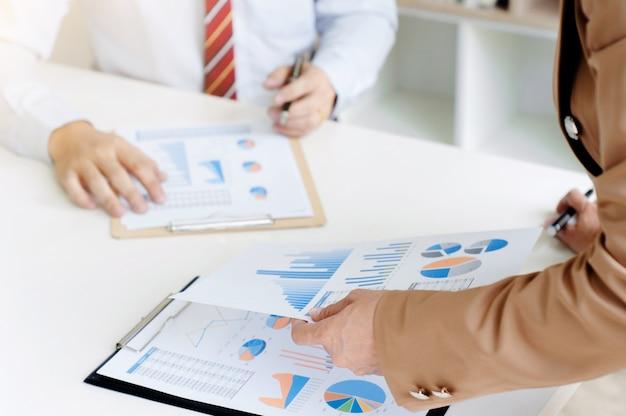 Zakelijke team brainstormen bespreken verkoopwinsten documenten