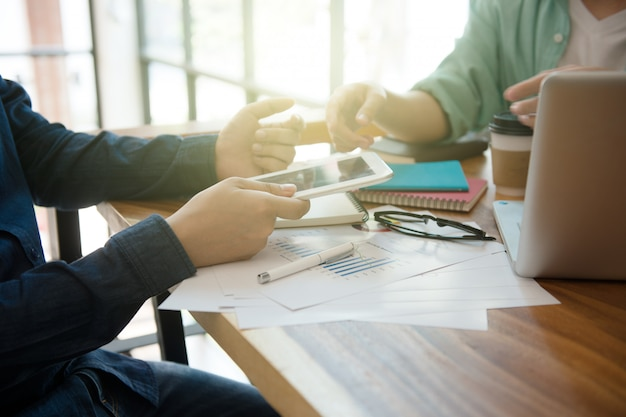 Zakelijke team briefing marketingstrategie met laptop thuis kantoor.