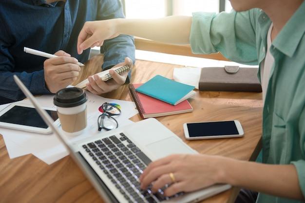 Zakelijke team briefing marketingstrategie met tablet, laptop en laptop, freelance schrijven