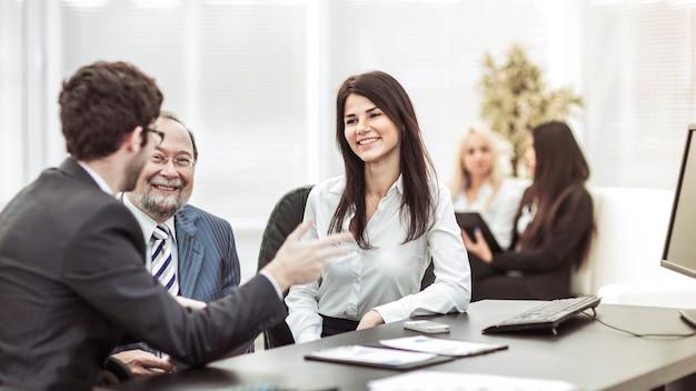 Zakelijke team dat werkt met financiële grafieken op de werkplek