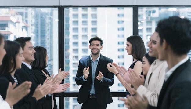 Zakelijke team gelukkige vreugde bij het raken van doel in vergadering.