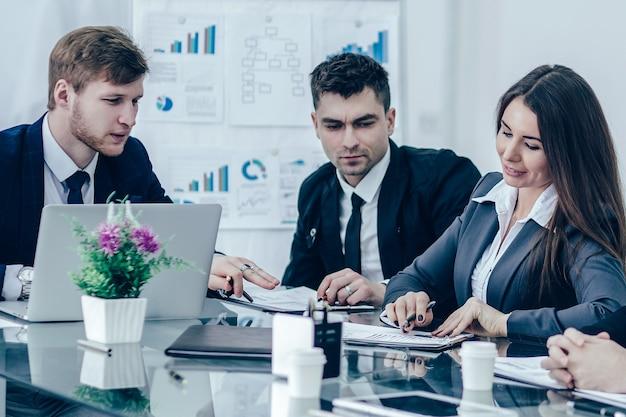 Zakelijke team van professionals bereidt een presentatie voor van een nieuw financieel project. de foto heeft een lege ruimte voor uw tekst