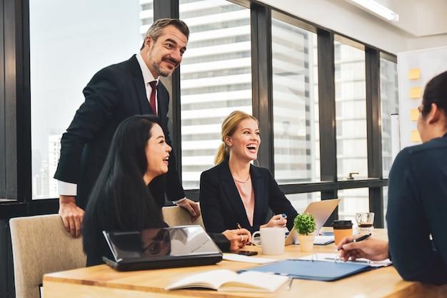 Zakelijke teambijeenkomst in office teamwork schaven marketing project