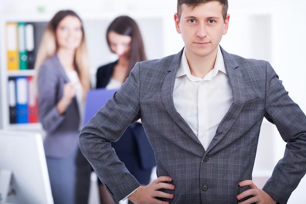Zakelijke teambijeenkomst. mens die presentatie in bureau maken en collega's opleiden. bedrijfsmensen die bij conferentielijst zitten, aan project werken en samen brainstormen. afbeelding van hoge kwaliteit.